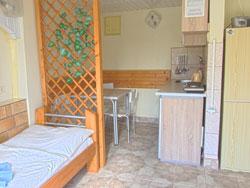 Časť izby s kuchynským kútom